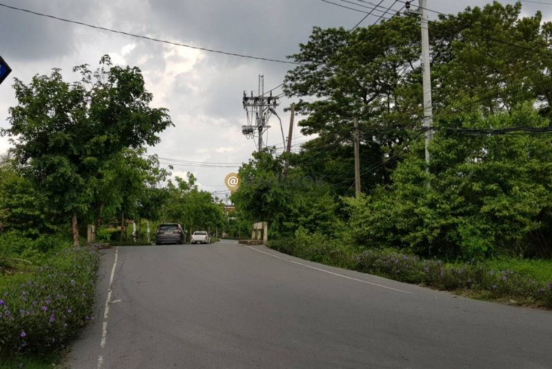 Land with building for sale in Ramkhamhaeng 118